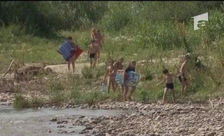 Hunedoara. Şapte copii şi mamele lor, izolaţi din cauza unei viituri pe râul Strei (VIDEO)