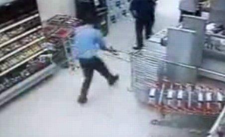 Un paznic grăbit: Face ?tumbe? şi îşi pierde arma din dotare (VIDEO)