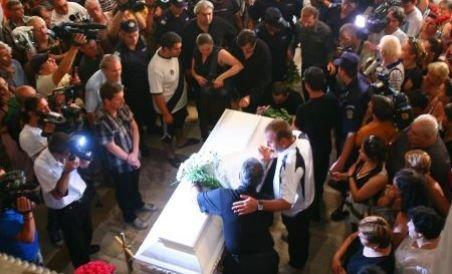 Mădălina Manole, condusă pe ultimul drum de familie, apropiaţi şi fani (VIDEO)