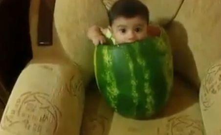 Cum iese un copil dintr-un pepene (VIDEO)