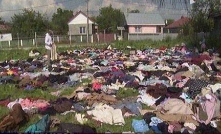 Batjocură la Săuceşti. Ajutoarele trimise sinistraţilor, aruncate pe iarbă de autorităţile comunei (VIDEO)