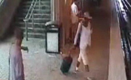 SUA. O femeie nevăzătoare a căzut în faţa metroului (VIDEO)