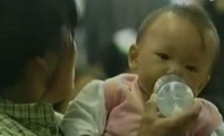 Alertă în China: O formulă de lapte praf cu hormoni declanşează precoce pubertatea (VIDEO)