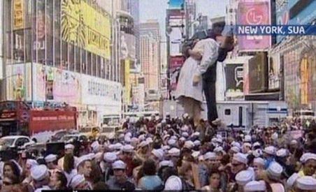 Finalul celui de-al Doilea Război Mondial, aniversat de sute de îndrăgostiţi sărutându-se simultan în Times Square (VIDEO)