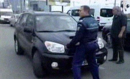 Un poliţist a fost luat pe capotă de o şoferiţă la trecerea de cale ferată din Pipera (VIDEO)