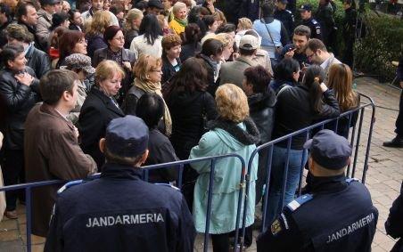 Profesorii închid şcolile, finanţiştii ameninţă cu greva generală