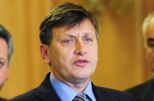 Antonescu: Vinovaţi de eşecul moţiunii sunt parlamentarii transformaţi în târâtoare mute