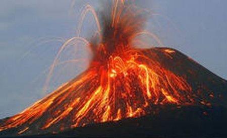 Doi vulcani au erupt în acelaşi timp, în peninsula Kamchatka. Traficul aerian ar putea fi afectat