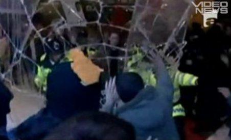 50.000 de studenţi au atacat sediul Partidului Conservator din Londra