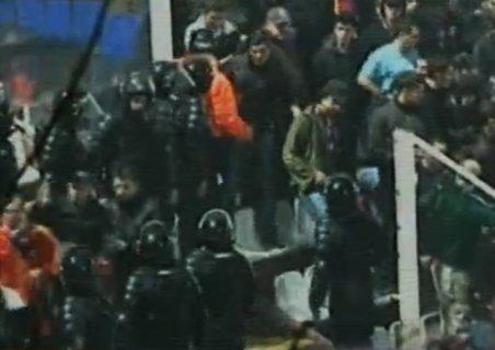 Incidente la Rapid - Steaua. Suporterii oaspeţilor, evacuaţi de pe stadion