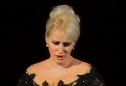 Trupul neînsufleţit al sopranei Roxana Briban, depus la Biserica Herăstrău. Înmormântarea are loc marţi