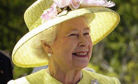 Abu Dabi. Regina Marii Britanii a rămas desculţă, în semn de respect faţă de obiceiurile locale