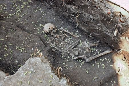 Cavouri cu 40 de schelete umane, vechi de 400 de ani, descoperite în Piaţa Universităţii