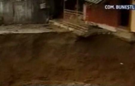 Peisaj apocaliptic în Vâlcea. 49 de case, în pericol din cauza alunecărilor de teren