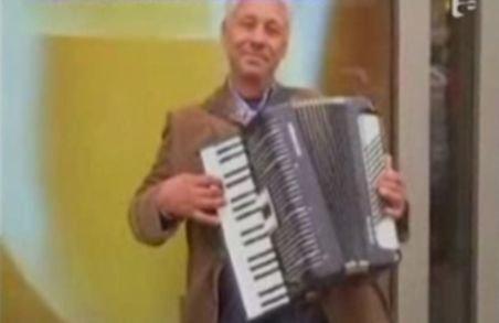 Un român îi scoate din minţi pe britanici cu melodia Jingle Bells cântată la acordeon