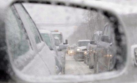 Trafic îngreunat din cauza zăpezii pe mai multe drumuri naţionale. Vezi zonele afectate