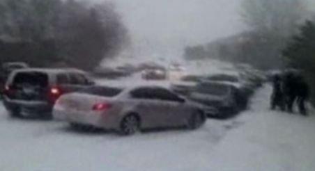 Imagini incredibile. Peste 20 de maşini se ciocnesc în lanţ din cauza poleiului