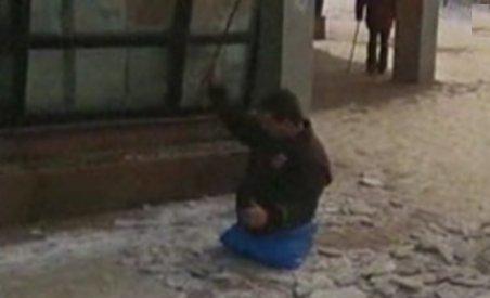 Lecţie de viaţă la Piatra Neamţ: Un bărbat fără picioare, singurul care curăţă gheaţa din oraş