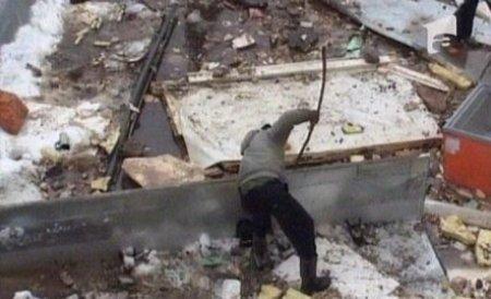 Sute de oameni au pescuit în continuare mâncare din resturile supermarketului scufundat la Ocna Mureş