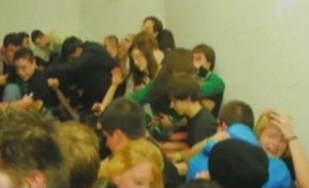 Mii de oameni s-au călcat în picioare într-un club din Budapesta. Trei tinere au murit