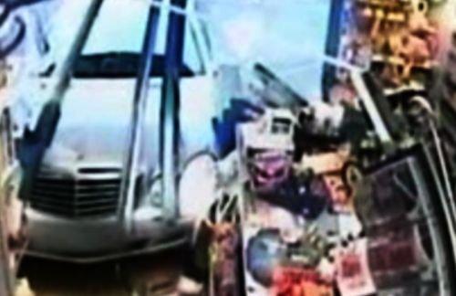 La un pas de moarte: O femeie a intrat cu maşina în vitrina unui magazin din Marea Britanie