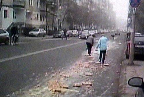 Târgu Mureş: Mai mulţi localnici s-au repezit să adune ouă căzute pe şosea dintr-un camion