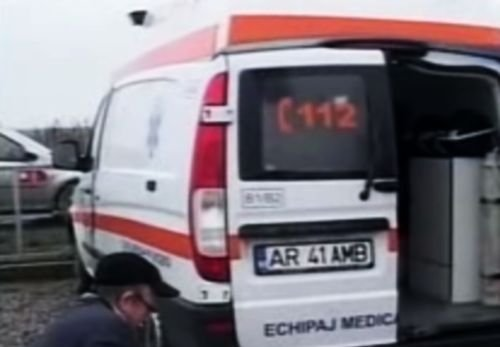 Arad: Mai mult de un sfert din ambulanţe se află în service din cauza gropilor
