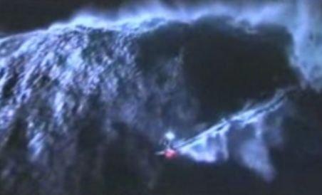 Un australian a făcut surf nocturn pe un val de aproape 12 metri