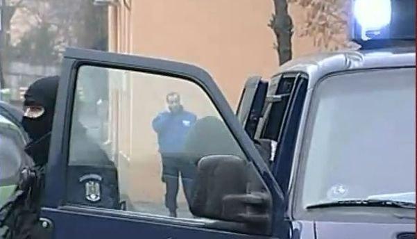 Scandalul permiselor auto: Au fost reţinuţi, în premieră, şi cei care au dat şpagă