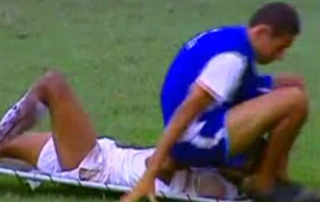 Un fotbalist accidentat a fost lovit, din greşeală, de un asistent medical