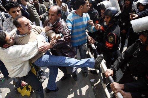 Proteste violente în Egipt, soldate cu trei morţi şi zeci de răniţi