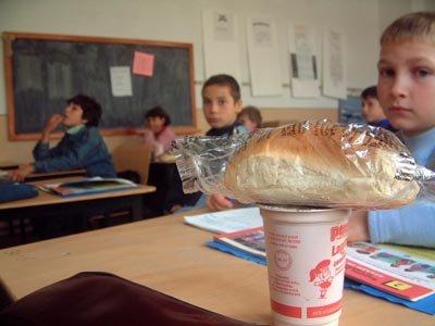 Lapte expirat şi cornuri mucegăite pentru elevi. ANPC a oprit sute de kilograme de alimente alterate
