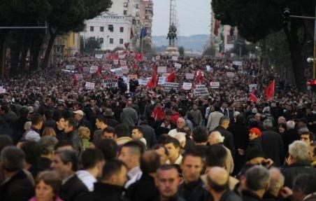 Protestele din lumea arabă cuprind Europa. Zeci de mii de oameni au manifestat în Albania şi Armenia