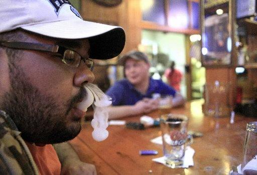 Fumatul ar putea fi interzis în restaurante, baruri, cafenele şi cluburi