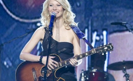 Gwyneth Paltrow nu vrea să renunţe la cântat, deşi criticii susţin că ar trebui