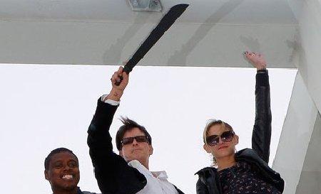 """Charlie Sheen, oficial concediat din """"Doi bărbaţi şi jumătate"""". Vezi cum a sărbătorit evenimentul"""