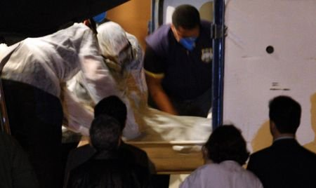 Cadavrul bărbatului ţinut două săptămâni în casă de sora lui, ridicat de procurori