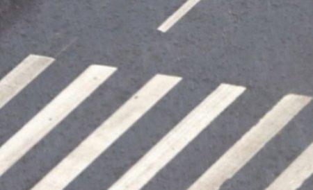 O femeie a fost lovită pe trecerea de pietoni de o maşină a Poliţiei