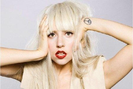Lady Gaga îşi pierde părul de la prea mult vopsit