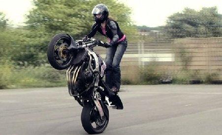 Un fotomodel a devenit prima femeie-cascador profesionist pe motocicletă din Marea Britanie