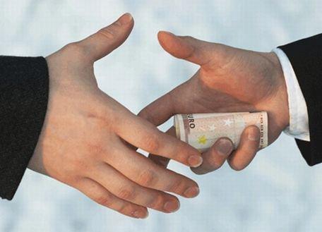 Un ofiţer rus a înghiţit banii primiţi ca mită, pentru a scăpa de dovezi