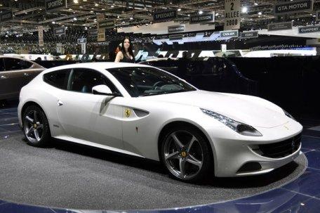 Cum distruge un jurnalist ultimul model de Ferrari