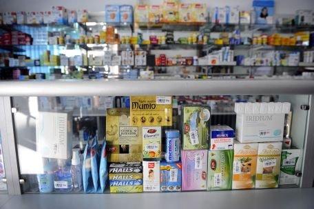 Medicamente expirate descoperite de OPC pe rafturile unei farmacii din Brasov