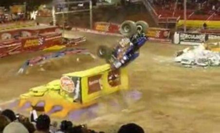 Incredibil: Cascadorie unică în lume cu un monster truck de 12 tone