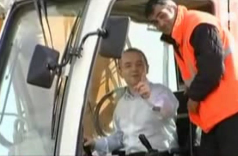 Boc s-a urcat într-un excavator, la inaugurarea lucrărilor la tronsonul de autostradă Deva-Orăştie