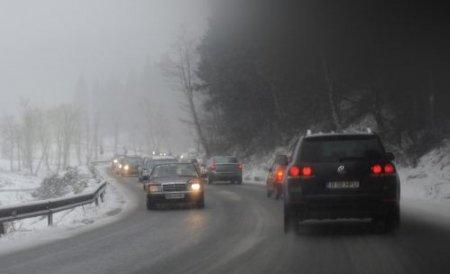 Circulaţie rutieră în condiţii de iarnă, pe mai multe drumuri naţionale