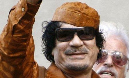 Muammar Gaddafi a făcut paradă prin Tripoli în timp ce avioanele NATO bombardau oraşul