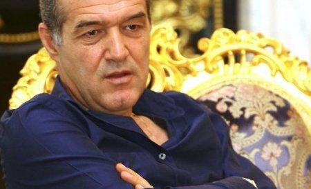 """Zeci de fani stelişti au protestat la """"palatul"""" lui Gigi Becali. I-au cerut normalitate finanţatorului"""