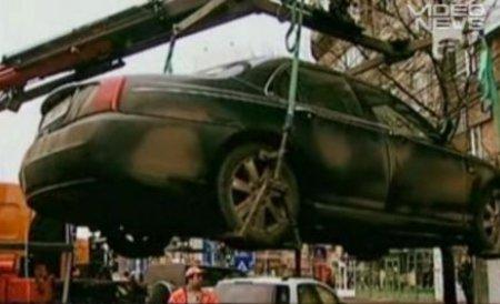 Un bucureştean a stat 6 ore suspendat în maşina care i-a fost ridicată pentru parcare ilegală