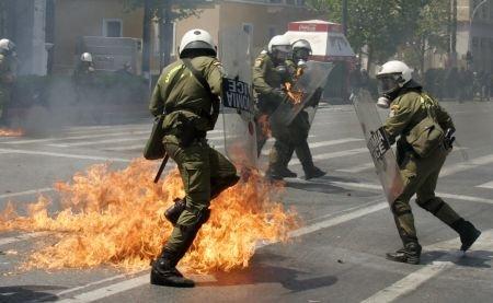 Confruntări violente în Atena, între protestatari şi forţele de ordine. Mai multe persoane au fost rănite